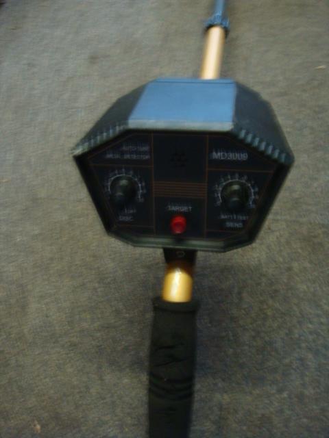 Hand held metal detector - Handheld metal detector – close up (3)