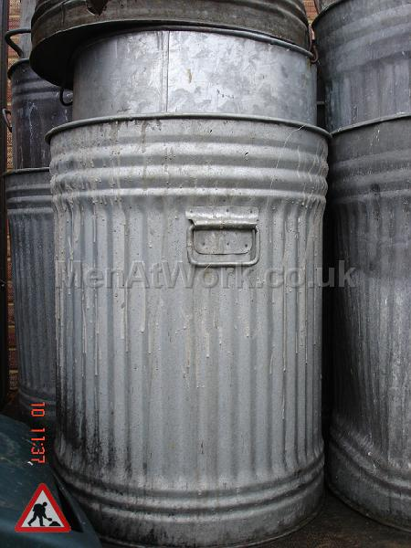 Metal Trash Can - trashcans (2)